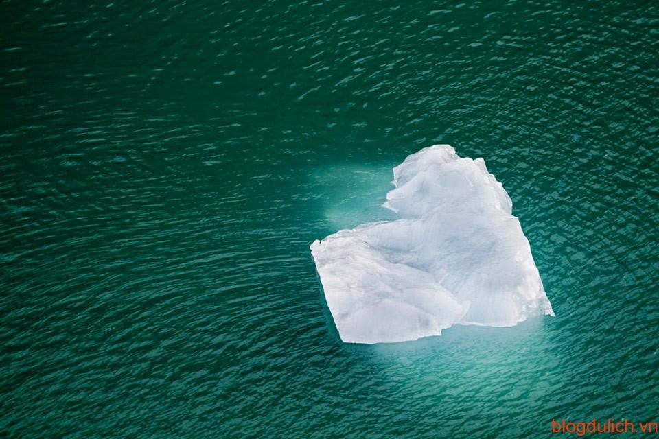 Tảng băng trên dòng nước giống như trái tim cô đơn đang đi tìm tình yêu của mình.