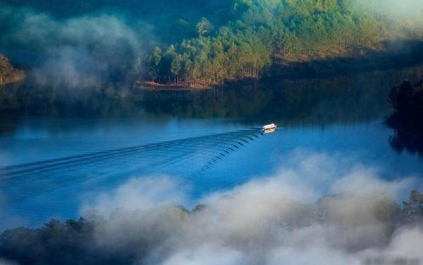 Vẻ đẹp huyền bí của hồ Tuyền Lâm
