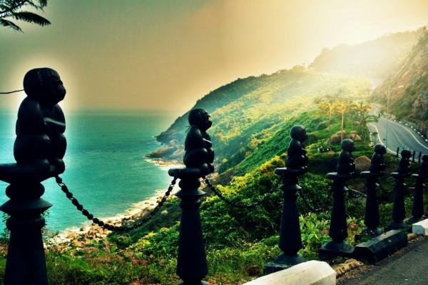 Những ánh nắng đầu tiên chiếu xiên trên bán đảo Sơn Trà