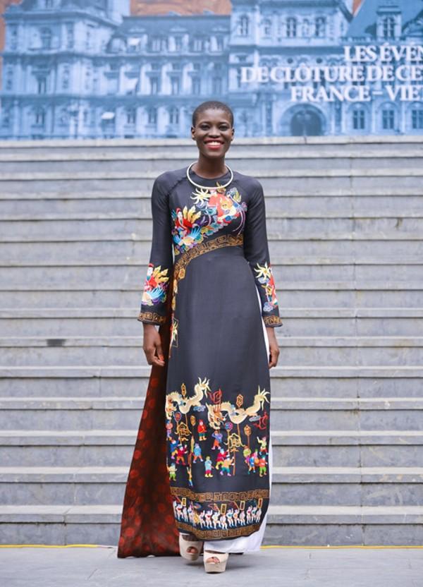 Gái Châu Phi mặc áo dài Việt Nam