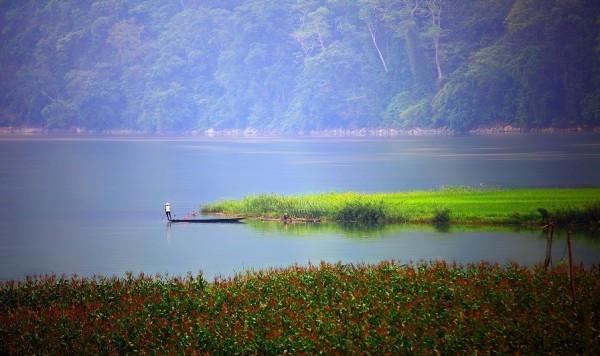 bình minh trên hồ Ba Bể