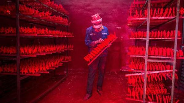 công nhân sản xuất đồ phục vụ giáng sinh tại Yiwu Trung Quốc