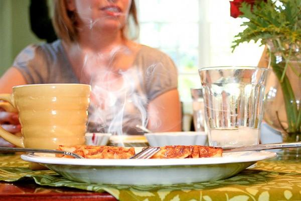 Bình tạo sương cũng rất hay, nó phun từng giọt nước nhỏ lên lá xà xách, làm điệu bộ như rau vừa mới rửa xong.
