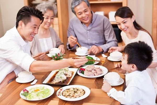 bữa cơm vui vẻ cùng gia đình