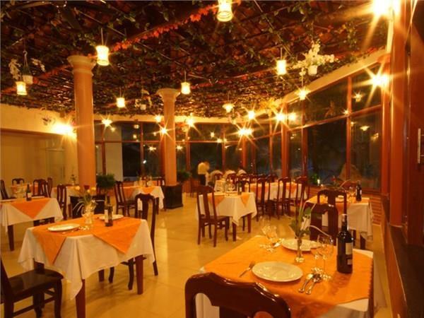 Không gian nhà hàng rộng rãi, ấm cúng