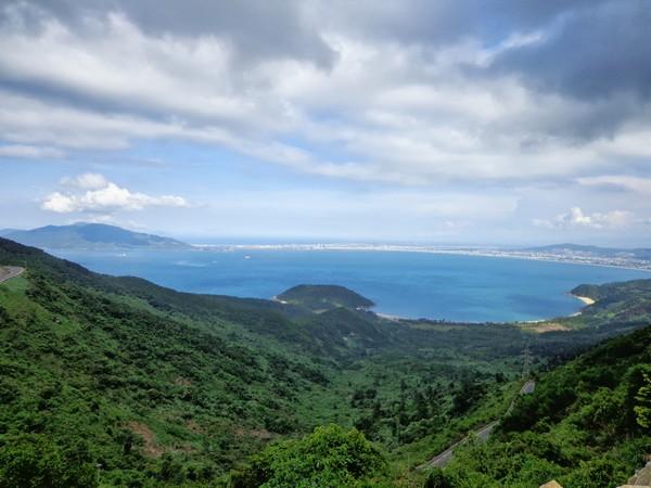 Khung cảnh kỳ vĩ, phóng khoáng khi nhìn từ Hải Vân