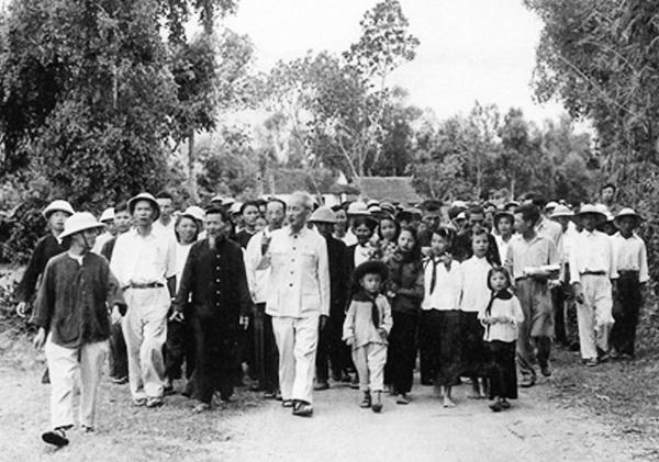 Bác Hồ về thăm quê hương năm 1957 (ảnh tư liệu)